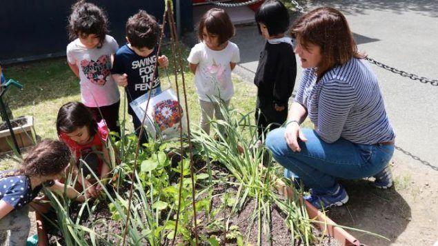 تلاميذ في مدرسة كوستو في فانكوفر يشاركون في برامج في الطبيعة والهواء الطلق/Radio-Canada / Helene Bardeau