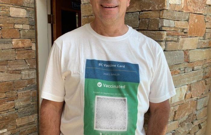 رجل من بريتش كولومبيا يطبع رمز الاستجابة للقاح الخاص به على قميصه