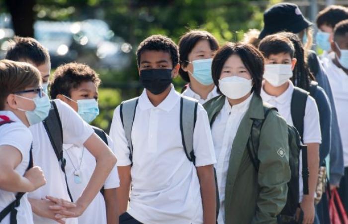 رئيس التطعيم في كيبيك يتولى توزيع اختبارات كورونا السريعة في المدارس